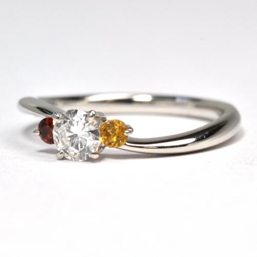 お互いの誕生石を留めた婚約指輪
